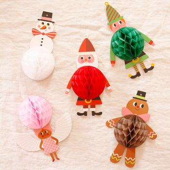 「OMM-design(オーエムエム・デザイン)」は、スウェーデンのブランドです。Ingela P Arrhenius(インゲラ・アリアニウス)さんのイラストアイテムを多数製作しているのが特徴で、こちらもインゲラさんのデザイン。ふわっと広がるハニカム部分がとってもかわいらしいです。クリスマスツリーに飾るのはもちろん、戸棚の上に置いておくだけでも様になりますよ♪