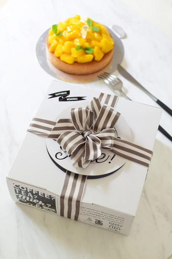 複雑そうなリボンの結び方も、ワイヤー入りなら初心者さんでも安心。先にリボンのパーツを作って、あとはクロスさせたリボンに乗せるだけ。ホールケーキをプレゼントしたいときにおすすめです。