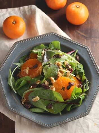 こちらは、番外編のサラダのレシピ♪ 香り豊かなフレッシュみかんを楽しめる、季節感のあるサラダ。色とりどりのベビーリーフと輪切りみかんが、かわいらしい組み合わせです。