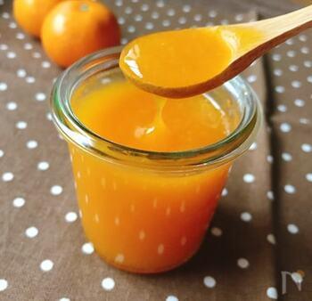 ジャムとは違い、葛粉を使ってとろみを出したソースです。いつものヨーグルトやアイス、サラダなどにかければ、色鮮やかなオレンジ色がアクセントになり、みかんの爽やかな香りも楽しめますね。
