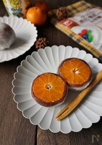 こちらのみかん大福はあんこを使用。生地は白玉粉で簡単に作ることができます。みかんそのものの甘みを感じられるように、スローカロリーシュガーを使用されているのだとか。あんことオレンジ色のコントラストがきれいですね。