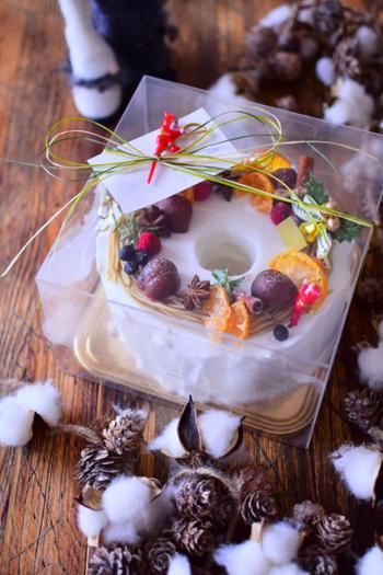あえて透明な箱を使って、中のケーキを見せてしまうラッピング方法。それだけでお店のようなおしゃれなケーキに見えますよ。心を込めて作ったケーキをまずは目で見て楽しんでもらいましょう♪