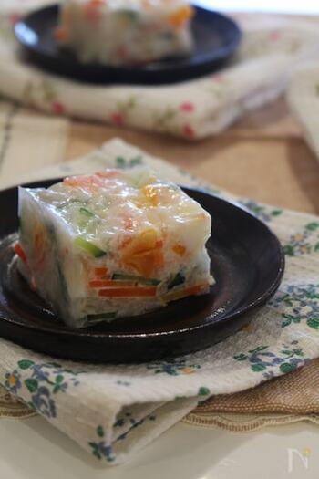 番外編の寒天で固めたサラダ寒天は、秋田名物なのだそう。にんじんやきゅうり、カニかまにみかん缶を入れてあって、きらきらとして艶やかな寒天に浮かぶ具材が彩りも豊か。どんな味なのかわくわくしますね♪