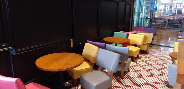 """「HENRY GOOD SEVEN(ヘンリーグッドセブン)」は、空間デザイナー・山本宇一氏がプロデュースしたカフェです。""""ホテルのルームサービスのような空間""""をコンセプトにした店内は、シックとカラフルが調和したモダンな雰囲気。"""