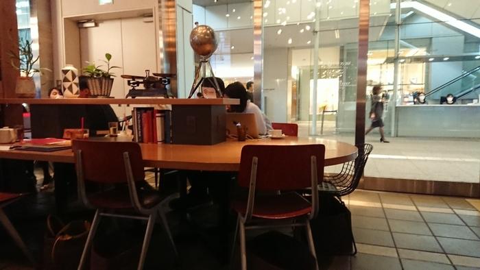 「Marunouchi cafe(マルノウチ カフェ)」は、wi-fiや電源コンセントがあるので、お仕事や勉強をするのにぴったりなカフェ。現在は21時まで営業していて、ひとりでふらっと立ち寄りやすいのもポイントです。