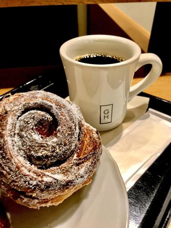 店内のパンは、代官山にある「GARDEN HOUSE CRAFTS」で毎日焼き上げたもので、人気ベーカリーのパンを東京駅で気軽に楽しめます。ちょっとした打ち合わせにおすすめです。