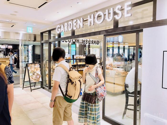 広い東京駅で待ち合わせするなら、分かりやすいお店が良いですよね。丸の内地下南口改札を出てすぐのところにある「GARDEN HOUSE CAFE(ガーデンハウス カフェ)」はガラス張りで店内の様子が見えるので、とても便利。ここなら初めて訪れる方も迷わず到着できそう。