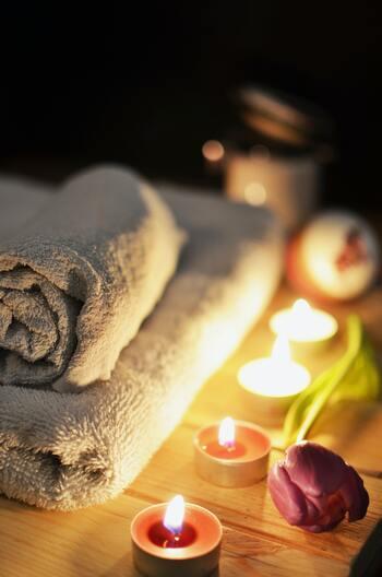 1.クレンジングや洗顔を済ませる 2.ホットタオルを顔に当てて、1~3分ほど待つ 3.すぐに化粧水や美容液、乳液などいつものスキンケアを済ませる  ホットタオルで顔を温めることで、化粧水や美容液が浸透しやすくなり、お肌がしっとり潤います。2~3回繰り返すのも効果的!お出かけ前にも、寝る前にもおすすめです。