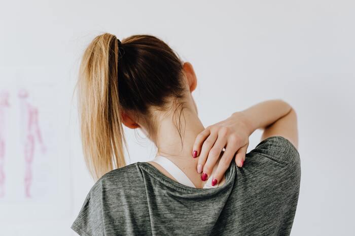 肩や首を温め血行を促進することは、凝りの緩和にもつながります。ホットタオル当てながら、ゆっくりマッサージしてみましょう。いつものセルフマッサージの効果がグンとアップするはず!