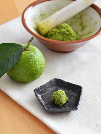 新鮮な柚子の皮は、とってもいい香り♪すりおろしたてならではの香り高い柚子胡椒も◎果汁入りのものは期限が早めなので、ささっと使う場合は果汁入りもおすすめです!