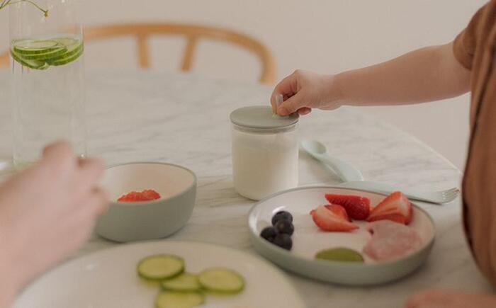 ストローカップは子供が飲みやすいよう設計されています。シリコーンパッキン付きのふたは、倒しても中身がこぼれにくいので安心。