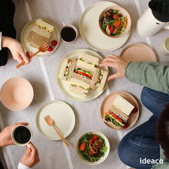 親子で一緒に使える食器をお探しの方におすすめ!環境に優しいバンブーメラミン素材の器は、丈夫なので安心して使えます。料理を引き立ててくれる、シンプルなデザインと柔らかい色合いが素敵。