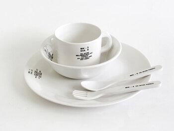 一見子供用には思えない、スタイリッシュなデザインの食器セットです。英字のロゴが入っているのがかっこいい!白いプレートはどんな料理にもマッチします。