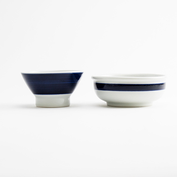 白い陶器に藍色で模様を描いた砥部焼。夫婦喧嘩で投げても割れないと言われるほど、耐久性があります。直径9.5cmのお椀と、直径11.5cmの小鉢のセット。男女問わず使いやすいデザインですね。