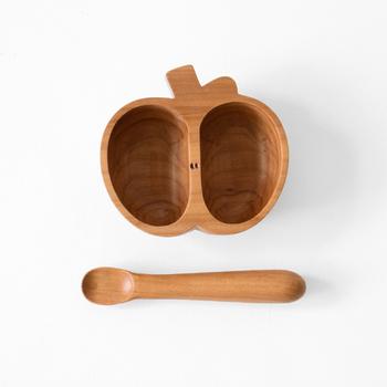 りんごの形がとっても可愛いこちらの器は、本来処分されるりんごの木で作られています。目を引く形と心地良い手触りは、お子さんもきっと気に入るはず。スプーンは柄が太く、子供でも持ちやすいよう工夫されています。
