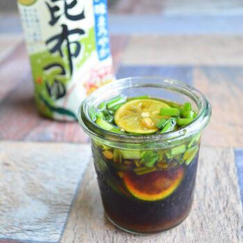 サラダにも、お鍋のつけ出汁にも使える簡単調味料♪市販の昆布つゆに刻んだニラをたっぷりと。柚子胡椒を加えてスパイシーにアレンジ!