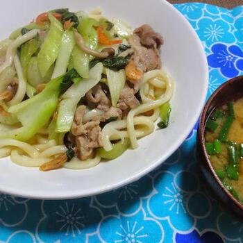 いつもの焼きうどんも柚子胡椒で風味豊かに♪シンプルな味付けの簡単調理でもひと味違います。野菜もたっぷり食べれて、飽きずにお箸がすすみそう!