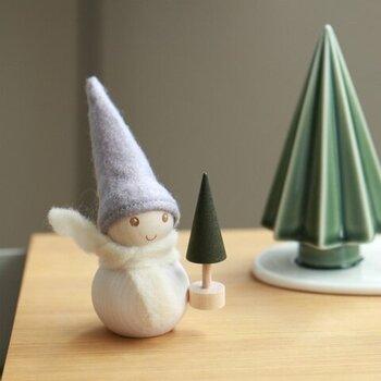 """フィンランドの自然からインスピレーションを受けて作られた小さな妖精""""パッカネン""""は、フェルトと木の温もりが優しい印象。モミの木を持った新作が加わりました。玄関や棚の上に飾れば、素朴で愛嬌たっぷりの表情に思わず笑顔になってしまうかも。"""
