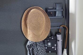 例えば外出の際に必要な鍵、帽子などは玄関まわりに収納場所をつくると、帰宅してすぐに収納できて、出かけるときにも忘れにくくなるものです。お風呂上がりにすぐ使うタオル、下着類は脱衣所の近くに収納したり、日常の動線=動き方を考えて収納場所を決めていくのがおすすめです。
