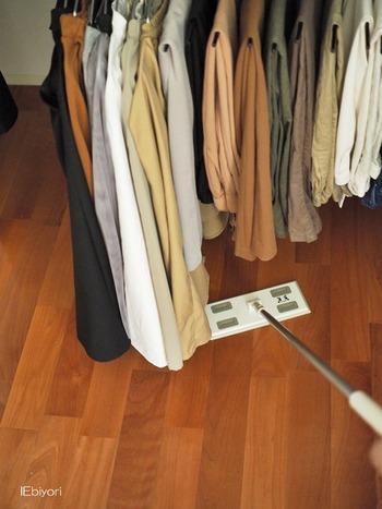 物が多いと、見た目がごちゃごちゃするだけでなく、ほこりがたまる場所も増えます。でもいちいち物を移動させて掃除をするのは面倒で、次第に掃除の頻度が減ることに…。物が少なければ、それだけ見える部分が多くなり、掃除がしやすくなります。掃除をあまりしないおうちと、小まめに掃除をしているおうち、どちらが過ごしやすいかはわかりますよね?
