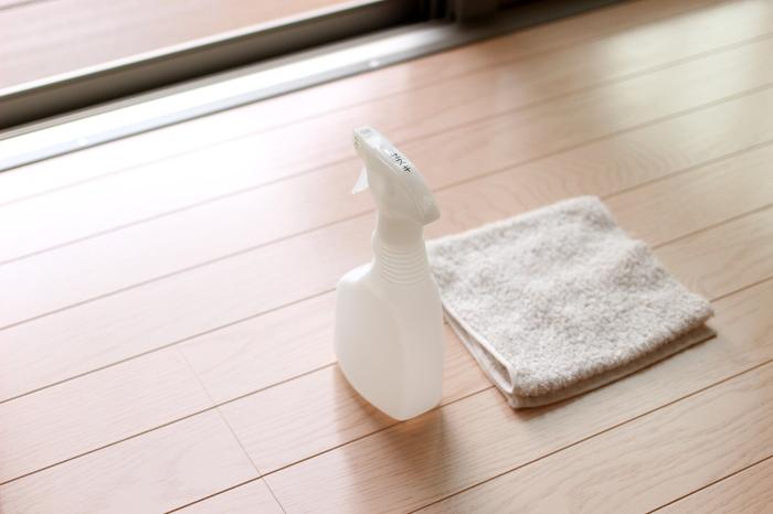 手垢や油汚れなど、お家の中のあらゆる汚れを落してくれるセスキ水は網戸掃除でも活躍してくれます。ウエスにシュシュっと吹きかけて、網戸を擦ればキレイになりますよ。ウエスを使うことで、雑巾を洗う手間が無いからお掃除のハードルも下がりますね。