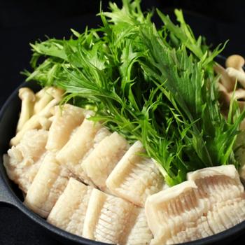 天然穴子を贅沢に使った昭和25年創業の魚屋がやる「とんこや」の鍋セット。香りや旨み、身の締まり方など、天然の穴子は最高品質。食材の味を引き立てる、あご出汁スープにも地元名店のお醤油が使用され、歴史ある魚専門店の強みをいかして作られた穴子鍋は逸品です。  《セット内容》鐘崎産天然穴子・特製マルヨシ醤油使用のあごだしスープ・味付けポン酢・田舎うどん・簡単レシピ 《保存方法》冷凍保存 《賞味期限》袋に記載あり