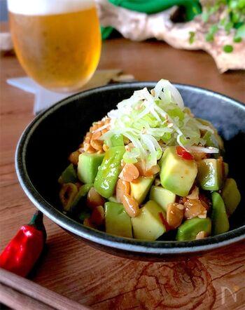こちらは豆板醤と刻みネギでピリ辛に仕上げたアボガド納豆です。オイスターソースのコクや旨味がギュッと凝縮され、おつまみにもぴったり。幅広いアレンジが叶う納豆は、和風以外の食べ方もたくさん探ってみてくださいね。