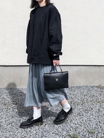 目を惹くサックスブルーのスカートを支えるようにコーディネートされたモノトーンの小物使いが◎ハイウエストスカートだから、オーバーサイズのトップスが効果的にシフォンのエレガントな柔らかさを印象づけてくれています。