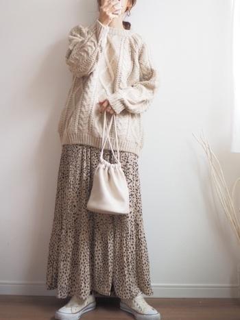 インパクトの強いレオパード柄のロングスカートは、ワントーンでまとめてナチュラルに。柄が良いアクセントとなってくれるので、膨張しやすいアイボリーのワントーンを引き締め、好バランスに着こなせます。
