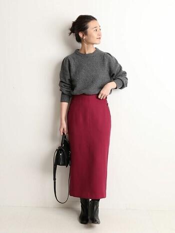 ちょっと抵抗のある真っ赤なタイトスカートも、モノトーンでシンプルにまとめてあげれば、アクセントとしてしっくり馴染みます。視覚から温度を感じるので、ちょっぴり大人な冬のオフィスコーデに◎