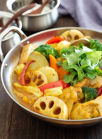 スープカレーが好きな人におすすめするのがこちらのスパイシーカレー鍋。  手羽やニンジン、ジャガイモ、レンコンなどの野菜をゴロッと入った姿はまるでスープカレーを彷彿とさせます。シメはご飯とチーズを入れてカレーリゾットで決まり!