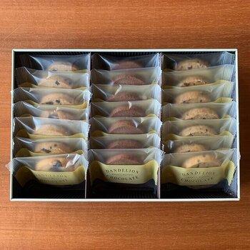 【Dandelion Chocolate クッキーアソートメント】はチョコレート専門店が作ったやさしいクッキー。香料、保存料、着色料を一切使用していないため、妊婦さんへの贈り物としても安心です。個包装になっているため食べすぎも防いでくれますね。21枚入り(3種類・各7枚)でちょっとした息抜きとして食べるのにぴったりの量です。缶のパッケージもおしゃれでギフトにぴったりですよ。
