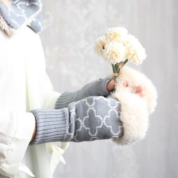 モロッコの伝統模様をイメージた上品な雰囲気がおしゃれな手袋。指なしデザインなので気軽に使いやすく、毛足の長いファーはずっと触れていたくなるほどふわふわ。秋冬コーデのアクセントにも◎