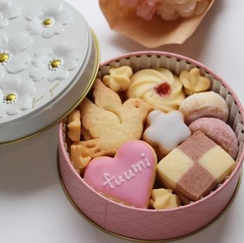 蓋を開ける前からワクワクしてしまうお花のクッキー缶には、とりクッキー、市松クッキー、アイシングクッキーなど全部で7種類のクッキーが詰まっています。小さめサイズなので、ちょっとしたお礼やギフトにもぴったりです。