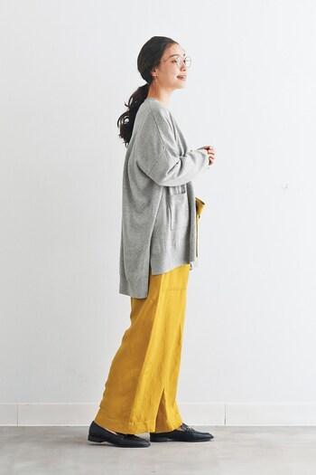 鮮やかさと渋さとのバランスが良い麻パンツ。グレーのカーディガンを合わせて上品に。大人の女性のマチュアなスタイルが完成します。
