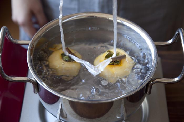鍋にお湯を沸かし、グラグラと沸騰したら、縛った柿を2ついっぺんに入れて、5秒ほどしたら引き上げて殺菌します。
