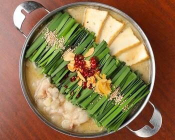上品で優しい味わいのお得な「名物京風もつ鍋お試しセット」。フレンチ仕込みのブイヨンスープと特注の大吟醸白味噌で作られる、まろやかでコク深い西京味噌スープが、ぷりぷりのもつに絡む絶品です。  《セット内容》西京味噌スープ・国産小腸・冷凍うどん・薬味(京都黒七味山椒・柚子皮など) 《保存方法》冷凍保存 《賞味期限》オンラインショップに記載なし