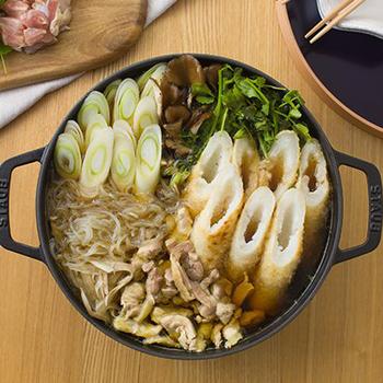 比内地鶏の里の名店が工房となり、全国にファンのいるベニヤマきりたんぽ工房の「きりたんぽ鍋セット」。秋田県産のあきたこまちを使ったたんぽに、比内地鶏が具と無添加特製スープに使われており、賞味期限は製造から5日という新鮮さ。カット野菜付きなので、鍋に入れるだけで簡単に本場の味を楽しめます。  《セット内容》きりたんぽ・比内地鶏・比内地鶏スープ・カット野菜・糸こんにゃく 《保存方法》冷蔵保存 《賞味期限》製造日より5日