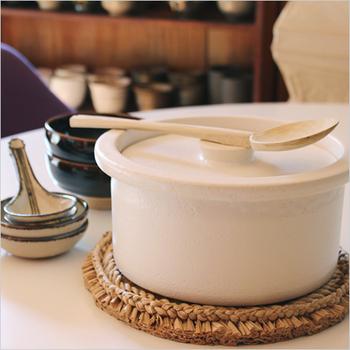 蓄熱性と保温性に優れた萬古焼(ばんこやき)のお鍋。白と黒の2色から選べます。取っ手のないミニマルなデザインで、見た目もスマート!収納しやすいところも魅力です。煮込みや炊飯にも使えるので、お鍋の季節以外にも大活躍♪
