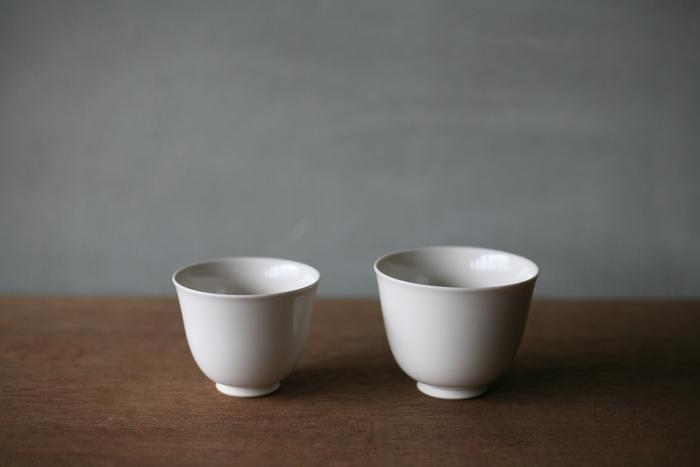 """""""美味しいお茶を楽しむ""""ということだけを目的に、無駄のない形状を目指してつくられた湯呑。素朴な空気感を残しつつも、どこか凛とした印象の佐賀県の有田焼。"""