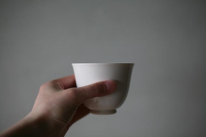 お茶の時間を暖かみのあるものにしてくれそうな、生成りがかったナチュラルな白。たっぷり飲みたいときうれしい「大」と、おもてなし時や普段使いにぴったりな「小」の2サイズです。