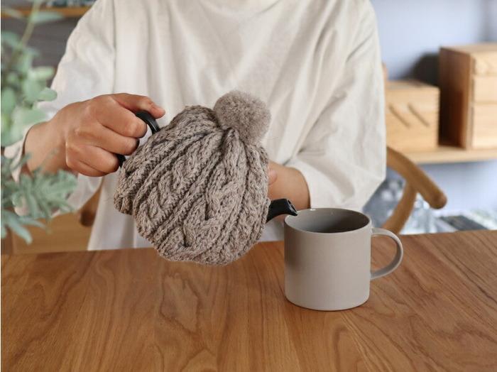 イギリスのウールファクトリー「HIGHLAND 2000(ハイランド2000)」のティーコージーは、ポンポン付き帽子のような見た目が愛らしい。いつものポットにかぶせるだけで、お茶が冷めにくく見た目にも温かです。