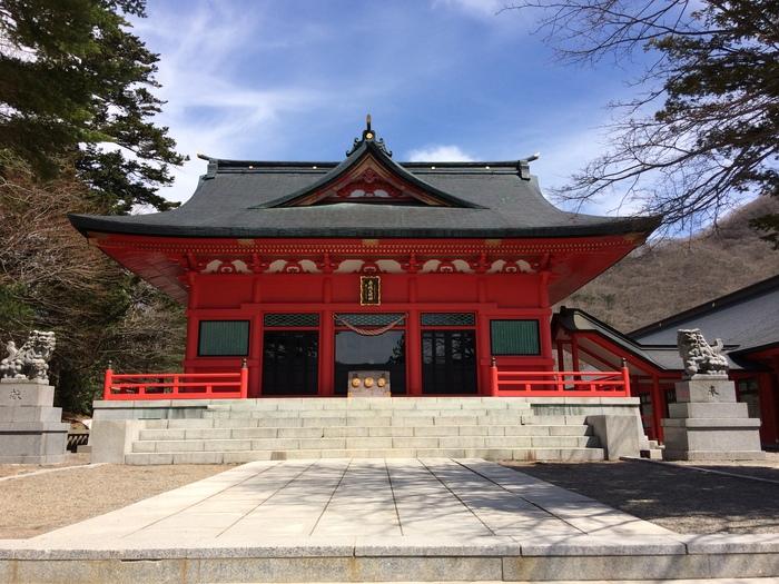 朱色の本殿が鮮やかに映える赤城神社。赤城姫をお祀りしており、人気のパワースポット。赤城姫は縁結びや恋愛など、女性の願いを叶えてくれる神様として知られています。御朱印も扱っています。