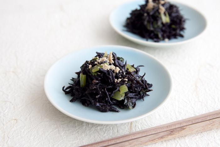 液体みそを使って味が簡単に決まるひじきの煮物。小松菜を入れることで、彩りと栄養価をアップ。