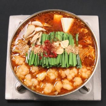 あご出汁をベースに黒毛和牛もつや九州産の素材にこだわった、博多こうづきのもつ鍋。こちらは辛い物が好きな人にも人気の「赤辛もつ鍋セット」で、旨みの詰まったピリ辛スープに上質なもつが絡む、後引く美味しさです。  《セット内容》黒毛和牛もつ・赤辛ベース(希釈タイプ)・鷹の爪・胡麻・にんにく・ちゃんぽん麺・あご出汁パック・作り方説明書  《保存方法》冷凍・冷蔵保存 《賞味期限》冷蔵(製造日より2日)・冷凍(製造日より30日)