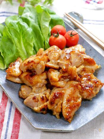 鶏肉をみりんや味噌などの調味料と一緒にフリーザーバックに入れて、よく揉んだ後冷凍にします。自然解凍または、レンジの解凍機能を使って解凍した後、フライパンで焼くだけで食べられます。とってもお手軽ですね。