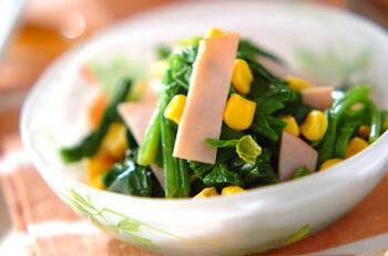 材料を全て混ぜるだけの簡単サラダレシピです。ほうれん草のグリーン、ハムのピンク、コーンのイエローがカラフルで、お弁当にも映えます♪