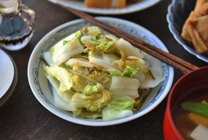 白菜を塩と昆布だけでシンプルに漬けた時短レシピ。冷蔵庫で保存もできるので、作り置きのおかずにもおすすめです◎
