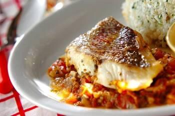 鯛をこんがり焼いて、トマトソースと合わせたおしゃれな一皿。玉ねぎとにんにくの香りがたまりません。いつもより少し華やかなお弁当のおかずになること間違いなしです♪