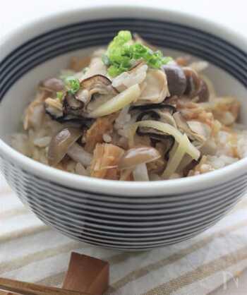 まるで料亭で出てきそうな一品。牡蠣の旨味が楽しめる炊き込みご飯に最後小ねぎをひと散らしすることで、彩りと味のアクセントがプラスされます。白だしとしょうがという優しい味付けが、牡蠣の味をうんと引き立たせます。